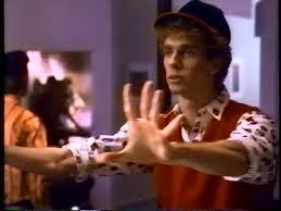 Filmens komiske karakter spilles av Doug Jones.