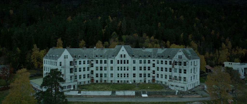 Luster Sanatorium har på mange måter hovedrollen i Villmark 2. For et fantastisk creepy bygg!